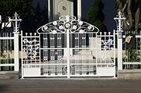 Cancello e parapetto in ferro battuto