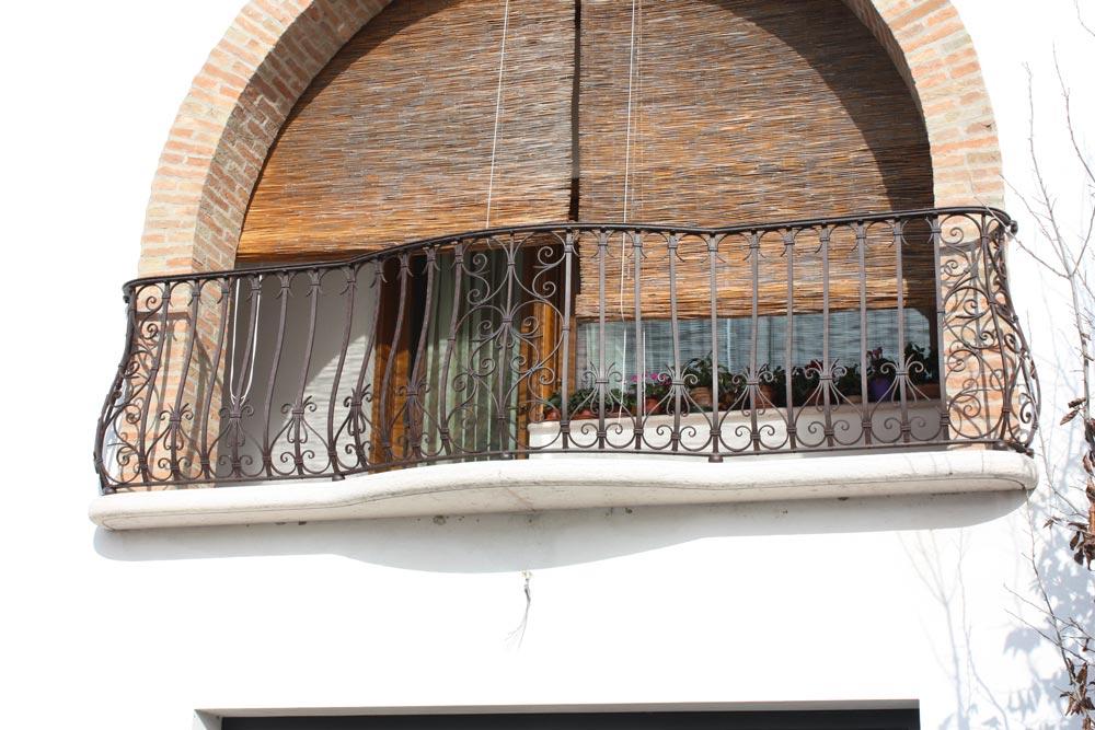 ... ferro battuto con decori a riccioli interamente realizzato in ferro